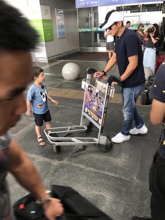 杜江带儿子嗯哼现身机场 疑录制《爸爸去哪儿5》