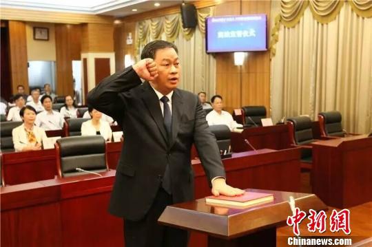 新决议任命的佛山市人民政府副市长、市公安局局长邓建伟向宪法举行了宣誓。 程景伟 摄