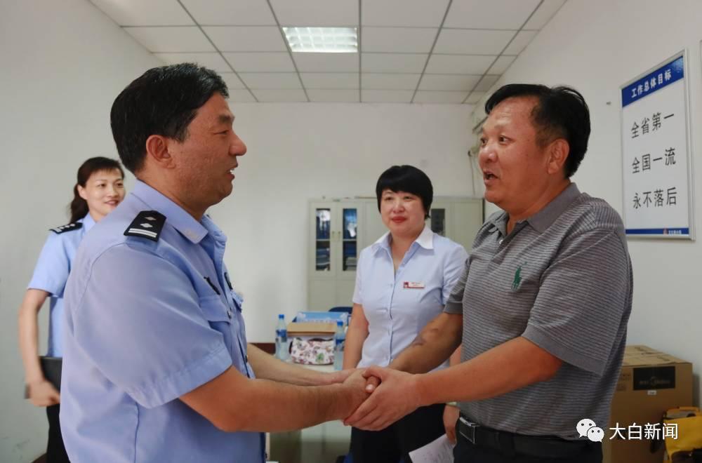 人保财险郑州市分公司张总(右)探望水树华