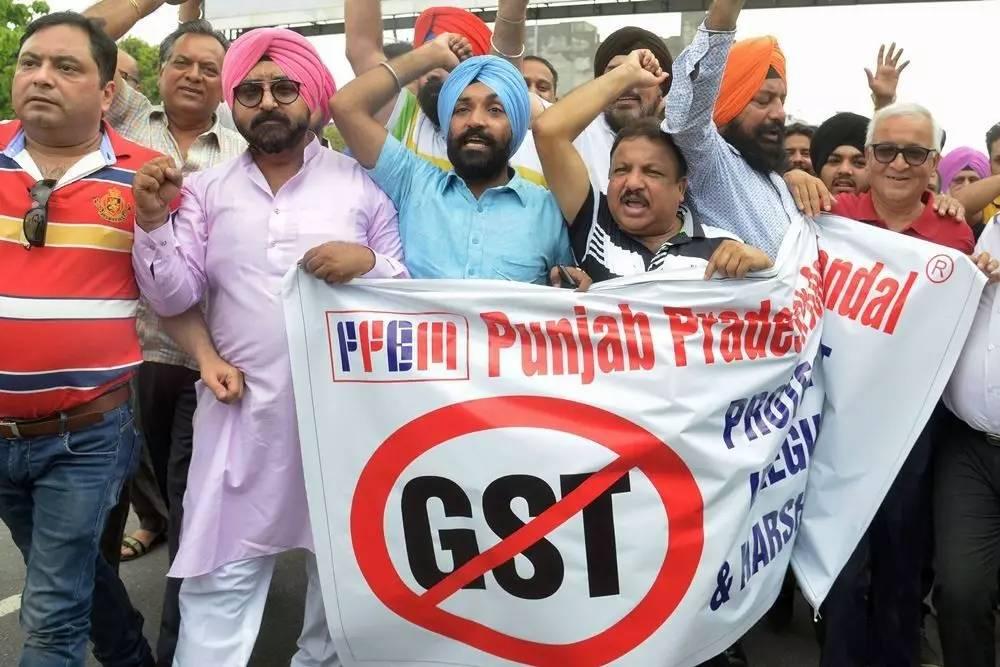 ▲材料图片:6月30日,印度商业业者聚会会议抗议行将最先征收之商品效劳税。(法新社)
