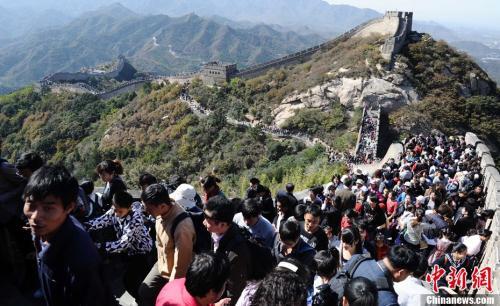 资料图:众多游客在八达岭长城游览。 中新社发 刘德斌 摄