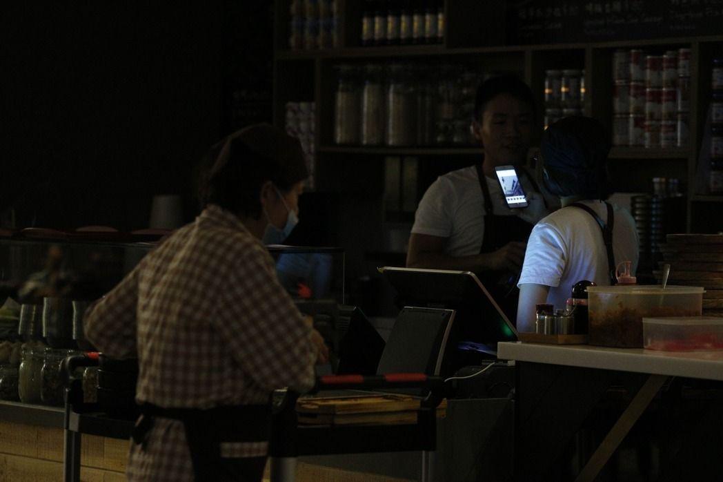 全台大停电,不少商户只能关门闭业
