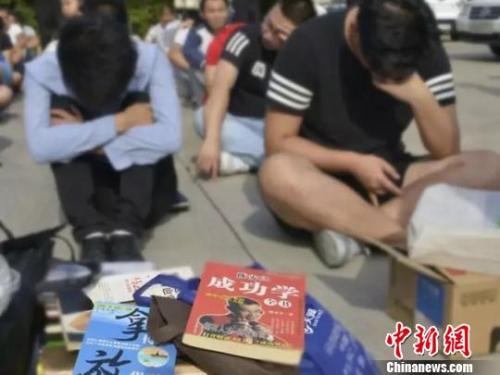 资料图:8月11日,西安警方出动千余警力查获传销人员1373名。 图片来源:西安警方