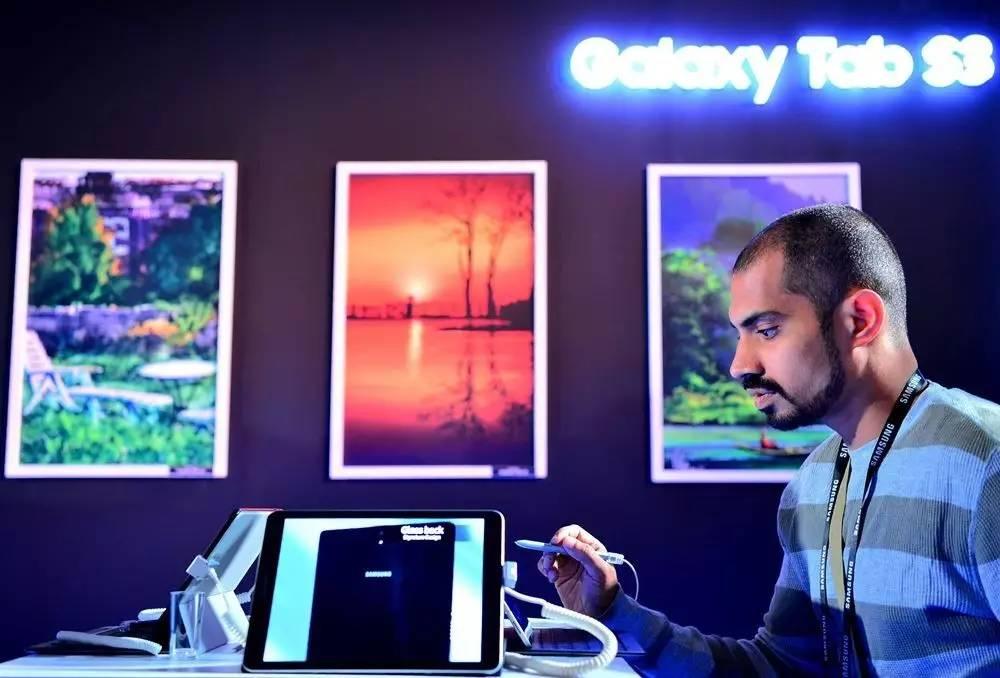▲材料图片:6月20日,印度班加罗尔,一名观光者在试用三星新公布之平板电脑。(法新社)