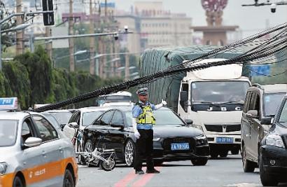 交警在现场指挥车辆通行 新文化记者 蒋盛松 摄