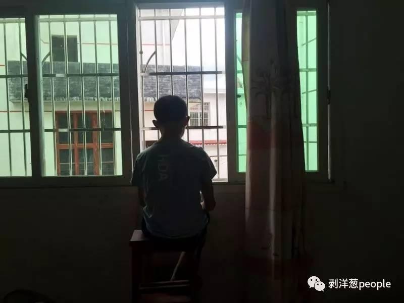 林华蓉出事后,弟弟坐在窗前,终日不出门。