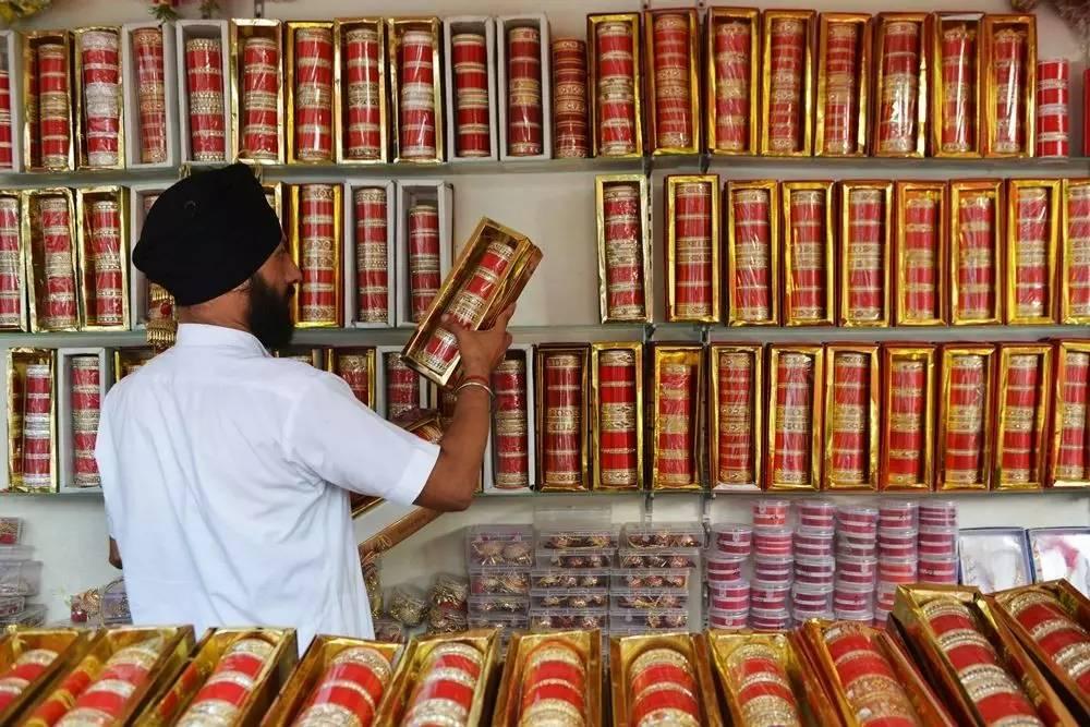 ▲印度一家专营婚庆用品之市肆内,东家正在理货。(法新社)