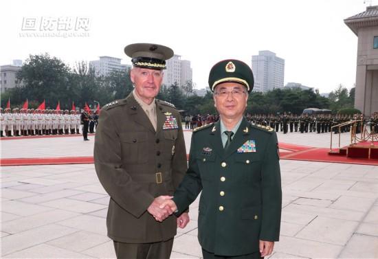 8月15日下战书,地方军委委员、军委团结顾问部顾问长房峰辉在八一大楼会晤美军参联会主席邓福德。朱民 摄