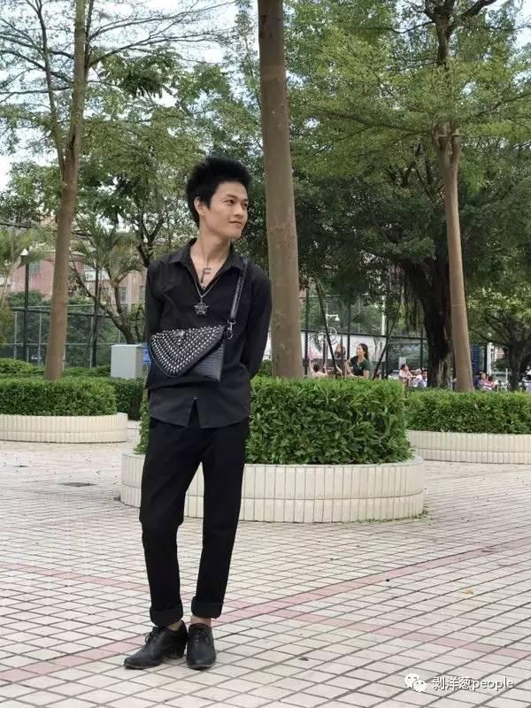罗福兴喜欢在这个街边公园逛,父亲以前带他来过。新京报记者刘珍妮 摄