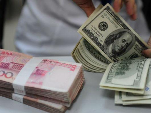 银行营业员清点美钞。新华社