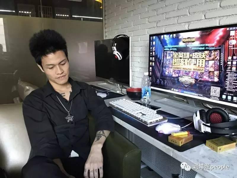 8月7日,深圳坪地镇某网吧。罗福兴把头发剪短,染成了玄色,如今他很少在以前之杀马特QQ群里语言。新京报记者刘珍妮 摄