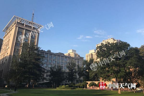今晨,北京天气转晴,碧空如洗。