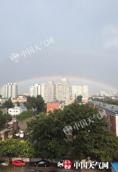 昨天午后,北京泛起双彩虹。(图/刘娴静)