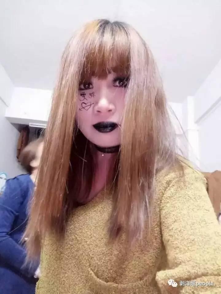90后女孩叶乐希把头发染成金黄色,涂玄色之口红和指甲油。新京报记者刘珍妮 摄