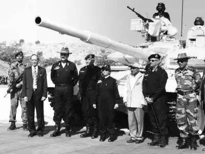 """2011年12月5日,印度女总统普拉蒂巴·帕蒂尔(右四)亲临""""苏打山•沙克蒂""""的大规模团结军事演习现场,并观光T-90坦克。(网络资料)"""