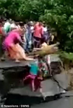 视频|村民看着洪水掏空大桥地基仍冒险通过 一家三口刚跑到桥头桥塌了被洪水吞没
