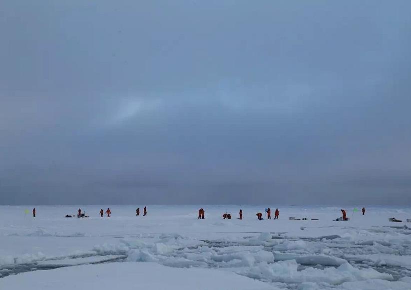 调查队在沿途展开冰站作业(吴琼 摄)