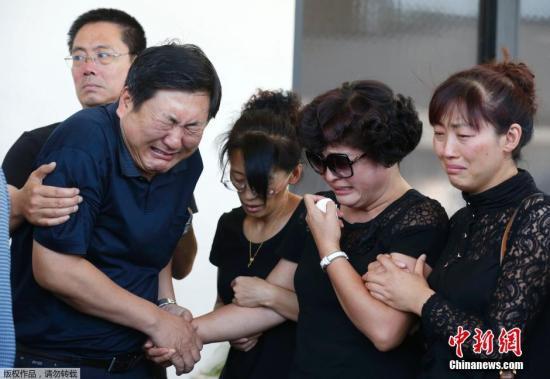 材料图:外地工夫2014年7月31日,在美国南加州大学遇袭身亡之中国留先生纪怅然之怙恃,在看儿子遗体之后痛哭。