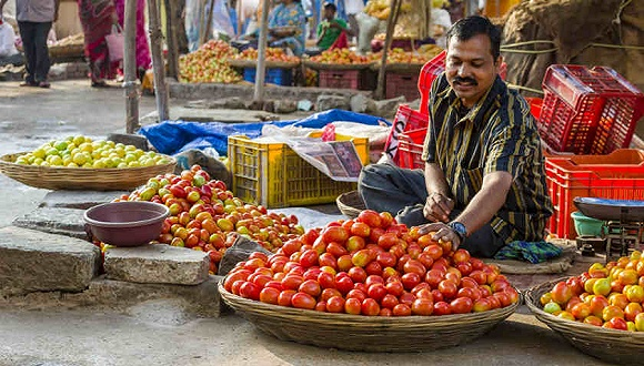 在菜市场售卖西红柿的印度菜贩。图片来源:东方IC