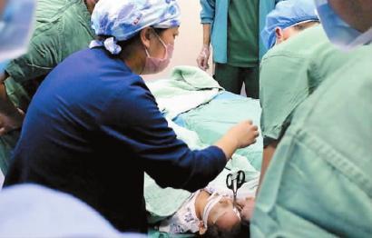 2岁女童玩耍摔倒剪刀戳进眉骨 消防员断剪救助