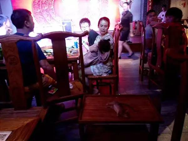 四川某餐厅掉下一只大老鼠 网友:已经不是第一只了