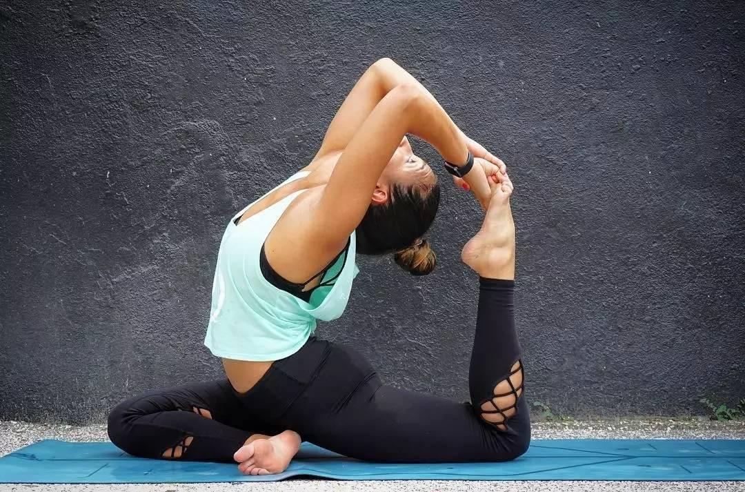 9个瑜伽鸽子式变体,挑战4个以上就是高手!图片