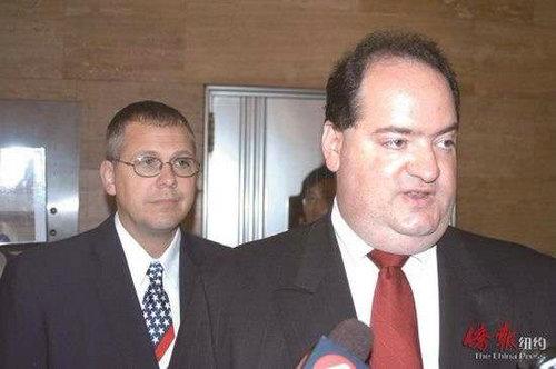 肇事警员洛德斯(右)和状师。图片泉源:美国侨报