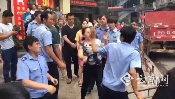 """云南网讯(记者 熊强 )8月14日,云南网曾报道了""""云南昭通彝良商贩与城管当街互殴扇耳光""""的事件。"""