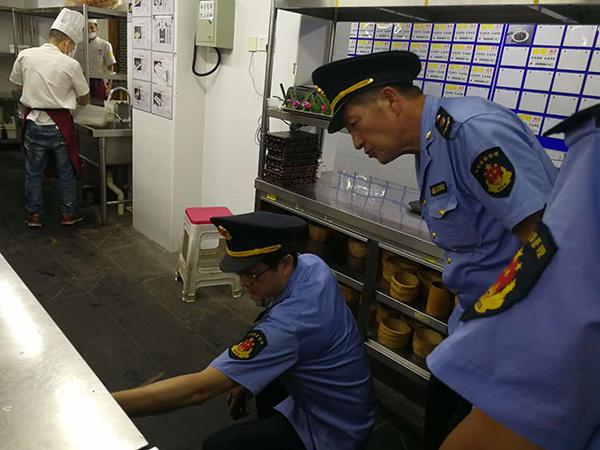 杨浦区市场监管局工作人员8月19日前往四川香天下火锅五角场门店检查。 上海杨浦区市场监管局 供图