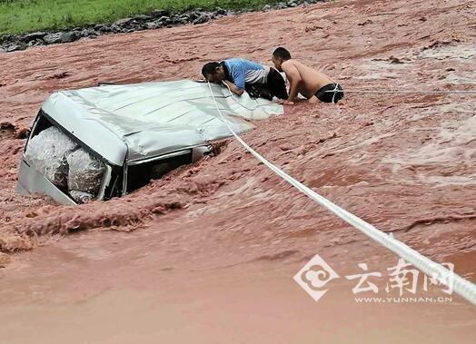 民警游入江中救人
