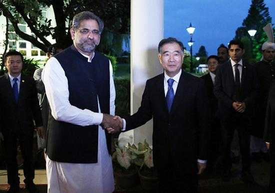 8月13日,巴基斯坦总理阿巴西(前左)在伊斯兰堡会见前来出席巴基斯坦独立70周年纪念活动的中国国务院副总理汪洋(前右)。 新华社 图