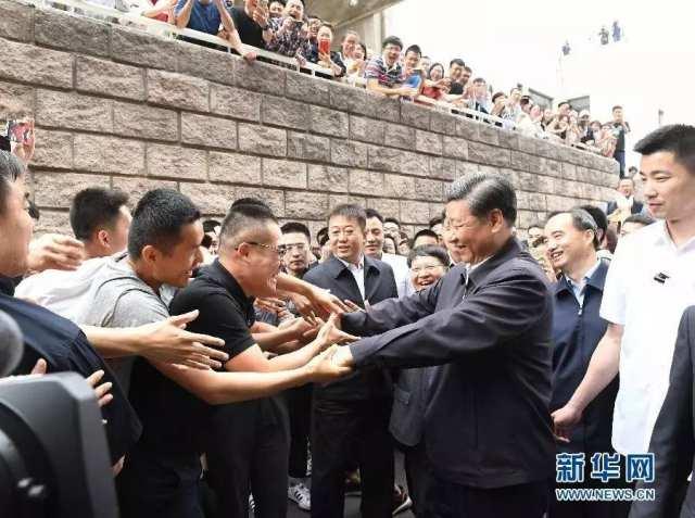 5月3日,习近平离开中国政法大学调查,与师生热情握手 李学仁摄/本刊
