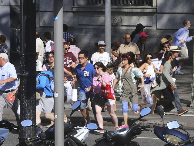 8月17日,巴塞罗那,袭击发生后,街道上行人四散奔逃。(新华/美联)