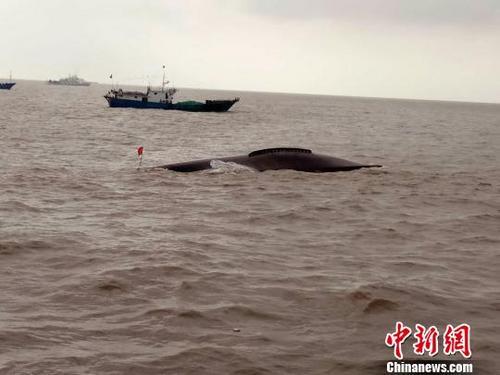 事发明场,一船倒扣在江中。刘传雷 摄