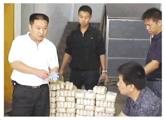 ↑印春荣带领官兵清理缴获的大宗毒品。