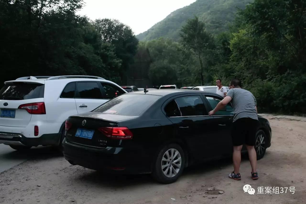 ▲2017年8月21日下战书,北京市八达岭野生动物天下温顺动物区,一辆私人车停在路边,车身右后方的一块玻璃缺失。据车上搭客自称,他们刚刚从猛兽区出来,玻璃在进园区之前就已经缺失。新京报记者 朱骏 摄