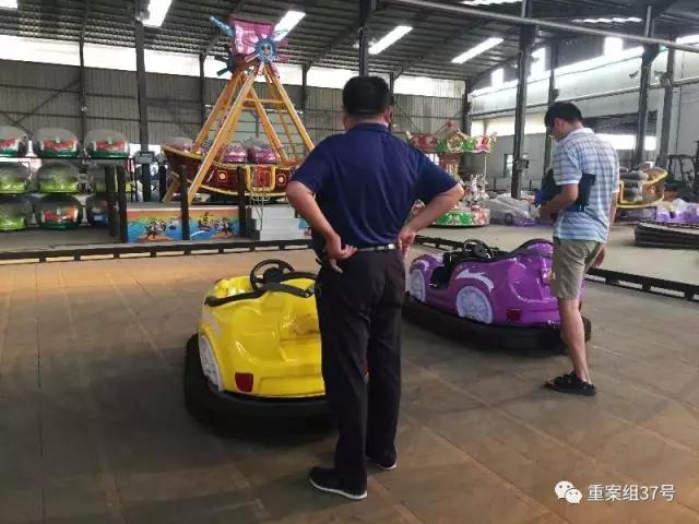 ▲8月13日,河南省荥阳市,一家生产游乐设备的厂内,老板正带领记者参观碰碰车等设备。新京报记者 大路 摄