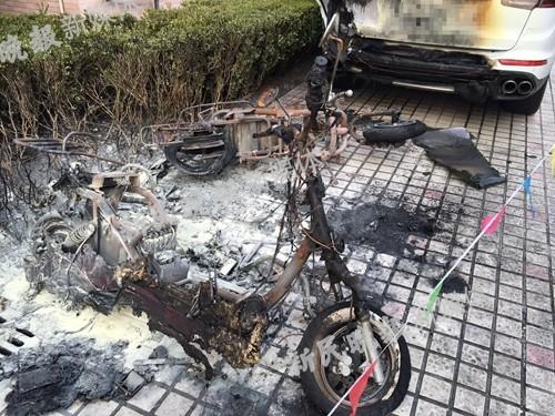 老外给电瓶车充电起火130万保时捷被烧焦