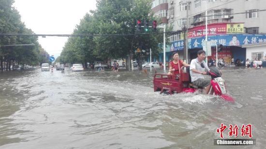 材料图:8月18日晚间至19日上午,河南漯河市遭遇特大暴雨。 利俊峰 摄