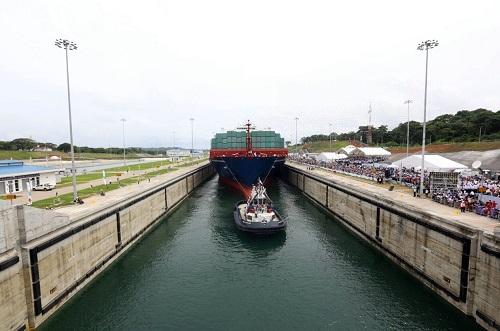 """资料图:这是2016年6月26日在巴拿马科隆拍摄的巴拿马运河新船闸开通启用仪式。""""中远海运巴拿马""""号货轮成为第一艘通过新建船闸的新巴拿马型船舶。新华社发"""