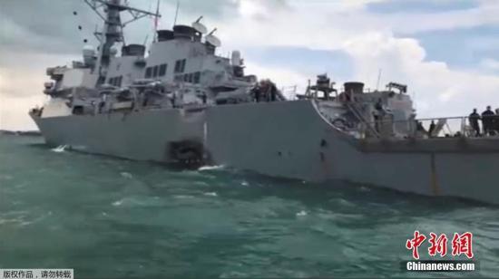 """[初步报告显示,""""麦凯恩""""号驱逐舰左舷受损。图为被撞后的""""麦凯恩""""号。] 初步报告显示,""""麦凯恩""""号驱逐舰左舷受损。图为被撞后的""""麦凯恩""""号。"""