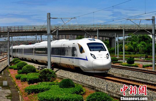 一列CRH3A型动车组驶进成都东站。 吴正琪 摄