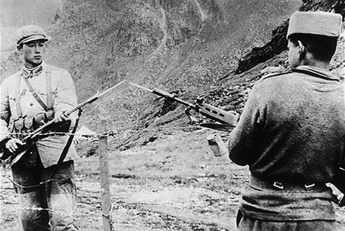 中印疆域自卫还击战发作前,解放军和印度士兵在界限坚持。
