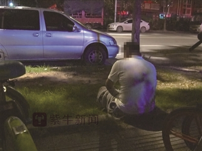 天黑了,小张一个人坐在街头,不知何去何从。报料人供图