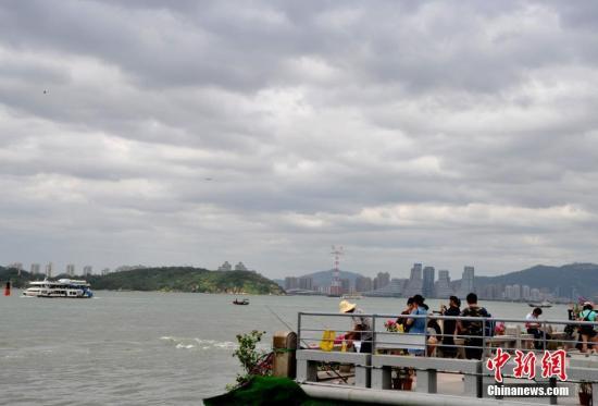 """8月22日,受台风""""天鸽""""外围影响的厦门。当日,福建省气象台继续公布台风黄色预警信号。 中新社记者 张斌 摄"""