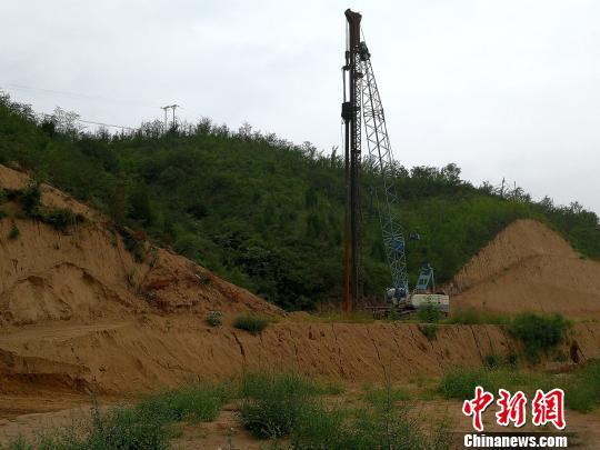 图为被损坏的山体。 高庆国 摄