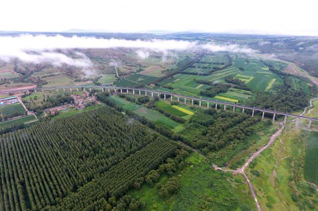 这是7月22日航拍的山西省右玉县右卫镇。 新华社记者詹彦摄