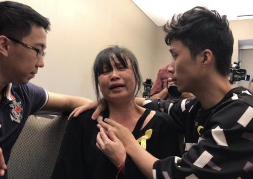 章莹颖的母亲叶丽凤(中)在外地时光22日的阐明会中,一度痛哭,右为章23岁的弟弟章新阳,左为章的男友侯霄霖。(美国《天下日报》特派员黄惠玲/拍照)