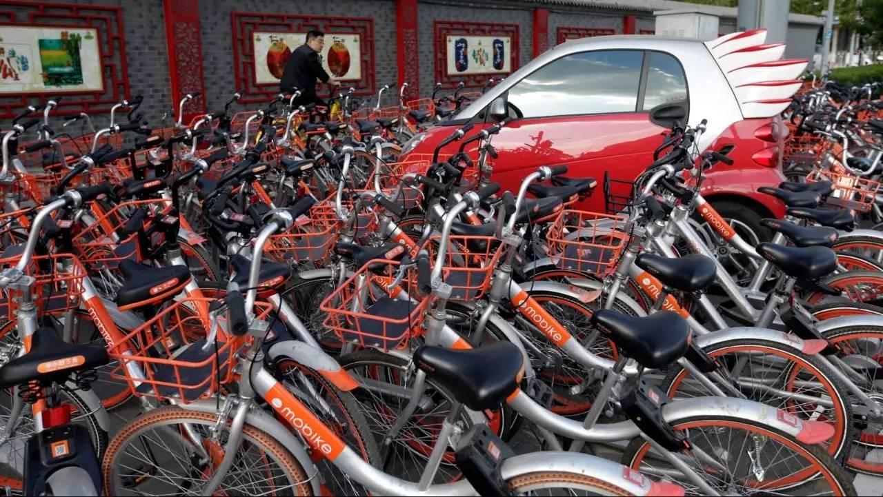 """一辆被共享单车""""包围""""的汽车"""