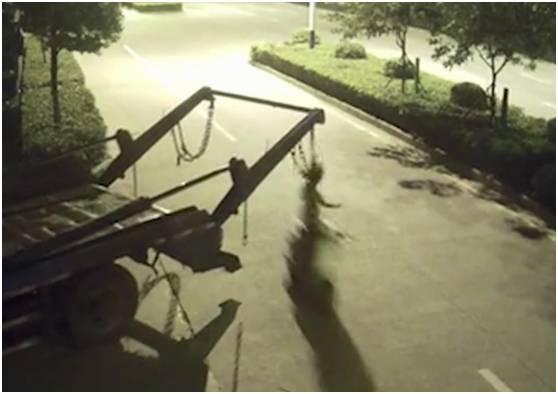 电动车驾驶员被铁链挂住颈部,凌空翻起,重重摔落在地。